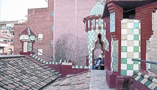 La terraza con zonas para pasear rodeando el tejado.