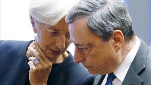 La directora gerente del FMI, Christine Lagarde, habla con el presidente del BCE, Mario Draghi, en Luxemburgo.