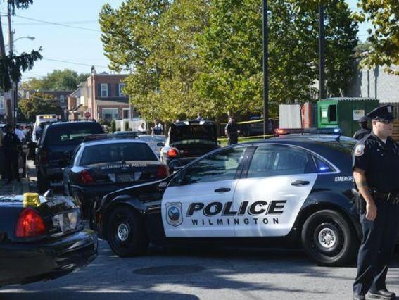 Coches de la policía del estado de Delaware en Welmington, tras la sospechosa muerte de un hombre en silla de ruedas.