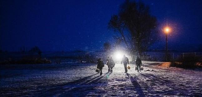 Un grupo de refugiados caminan de noche entre la nieve cerca de la localidad serbia de Miratovac.