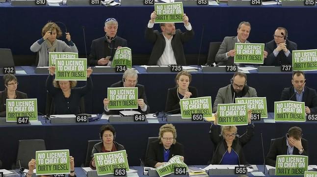 Protesta de los ecologistas contra el nuevo sistema de control de emisiones, este miércoles en la Eurocámara