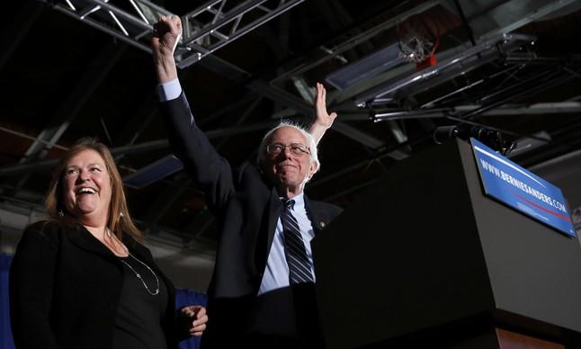 Bernie Sanders, junto a su mujer Jane, saluda a sus seguidores, en Concord (New Hampshire).