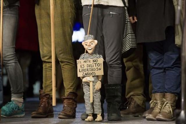 Concentración de apoyo a los titiriteros encarcelados, el miércoles en la plaza de Sant Jaume.