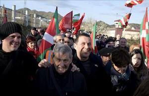 Otegi, rodeado de simpatizantes, a la salida de la cárcel de Logroño.