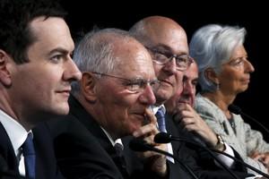 De izquierda a derecha los ministros George Osborne (Reino Unido), Wolfgang Schaeuble (Alemania), Michel Sapin (Francia), Luis de Guindos (España) y la directora del FMI, Christine Lagarde, el jueves en Washington.