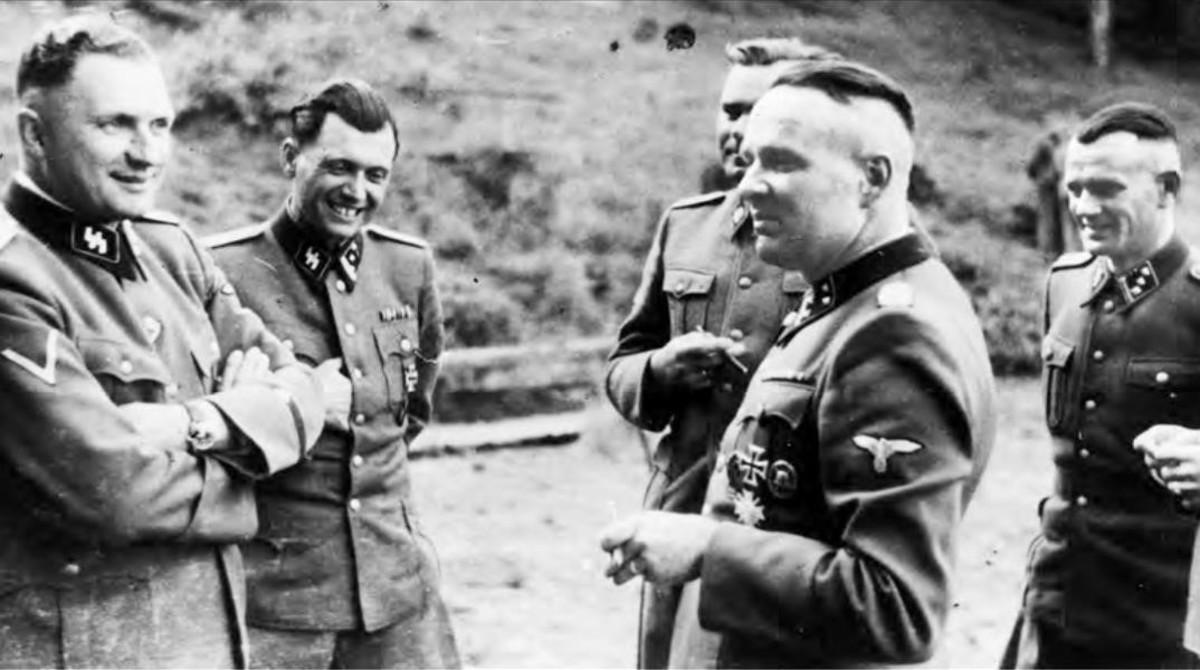 Richard Baer (último comandante de  Auschwitz), Josef Mengele (el Ángel de la muerte) y Rudolf Höss (anterior director del campo), de izquierda a derecha, en julio de 1944.