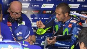 Valentino Rossi le explica, en Brno, a Silvano Galbusera, su técnico, los problemas que sufre cuando pilota la Yamaha.