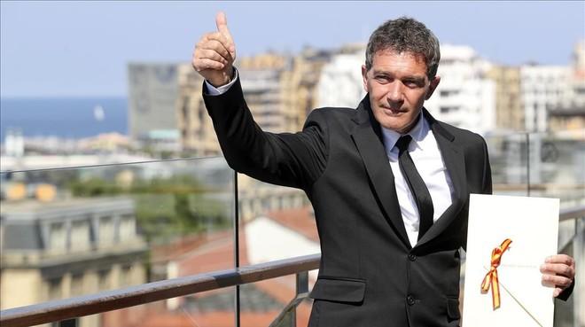 Antonio Banderas, con el Premio Nacional de Cine, entregado en el Festival de San Sebastián.