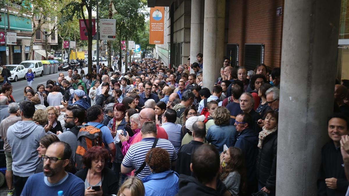 Largas colas para votar en la escuela Tabor, de Barcelona.