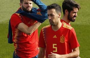 Sergio Busquets, junto con Isco y Nacho, antes de posar para la foto oficial con la nueva camiseta