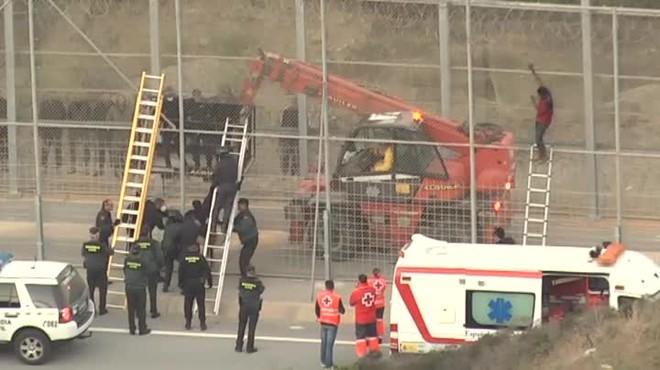 Unos 300 inmigrantes subsaharianos intentan saltar la valla de Ceuta