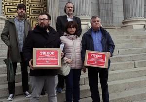 Entregan firmas para ilegalizar la Fundación Francisco Franco