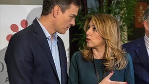Pedro Sánchez junto a Susana Díaz en el encuentro del Foro Joly que tiene lugar en Sevilla.