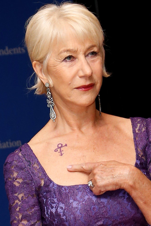 http://estaticos.elperiodico.com/resources/jpg/2/4/actress-helen-mirren-points-prince-symbol-she-wearing-she-arrives-the-red-carpet-for-the-annual-white-house-correspondents-association-dinner-washington-1462129358342.jpg