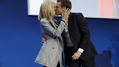 Emmanuel Macron besa a su esposa, Brigitte Trogneux, en la noche electoral.