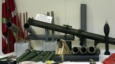 Imagen de archivo de un arsenal de ETA intervenido por la Ertzaintza en el 2001.