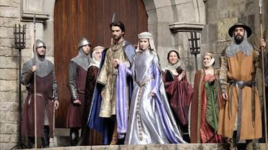 Aitor Luna y Silvia Abascal, en el rodaje de 'La catedral del Mar', en Barcelona