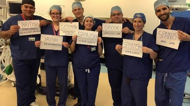 La foto amb què un equip mèdic format per estrangers desmenteix el tòpic antiimmigrants del 'brexit' es converteix en viral