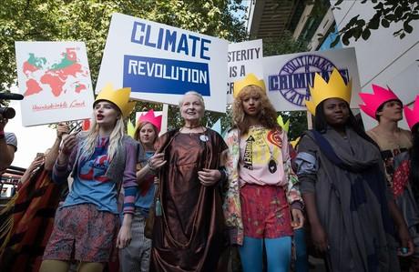 Vivienne Westwooddurante una manifestaci�n que formaba parte del espect�culo de su desfile en el marco de la semana de la moda de Londres.