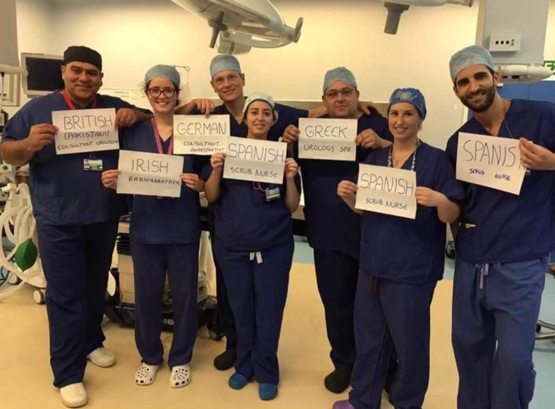 La foto con que un equipo médico formado por extranjeros desmiente el tópico antiinmigrantes del 'brexit' se convierte en viral