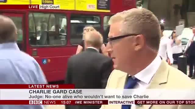 Un home és perseguit i atropellat per un autobús davant de les càmeres de la BBC