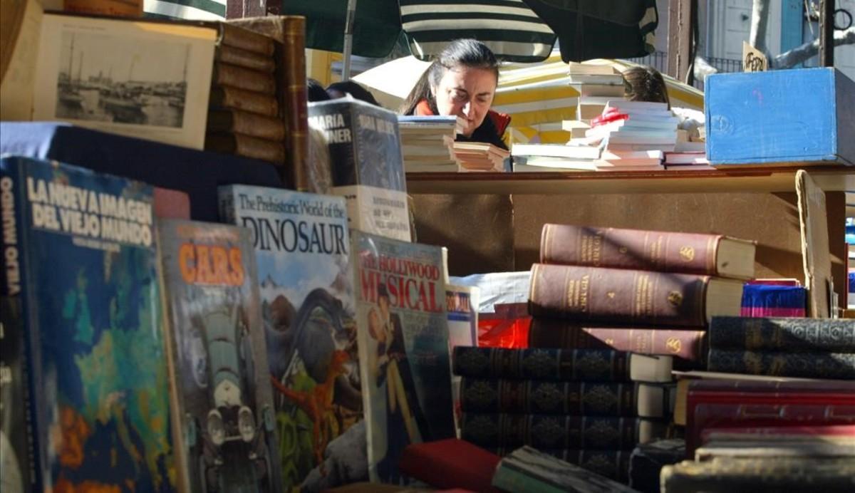 Los vendedores de libros consiguen volver al perímetro del nuevo mercado de Sant Antoni