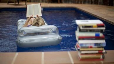 Libros junto a una piscina.