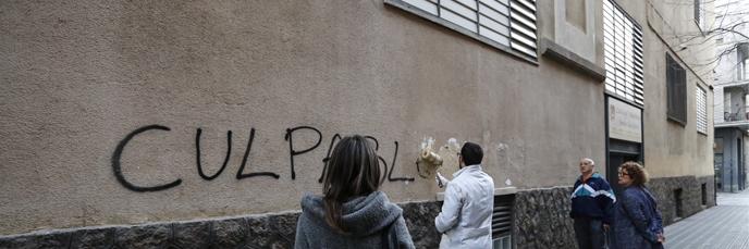 Limpieza de pintadas en los Maristas de Sants-Les Corts, el pasado viernes.