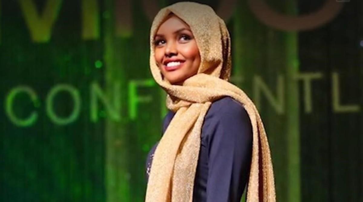 Halima Aden, la modelo que nació en un campo de refugiados, desfila en Nueva York con yihab