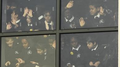 Los alumnos de la Escuela Primaria Mitchell Brook siguen la visita de los Duques de Cambridge al centro dentro de la Semana de Salud Mental de los Niños en Londres.