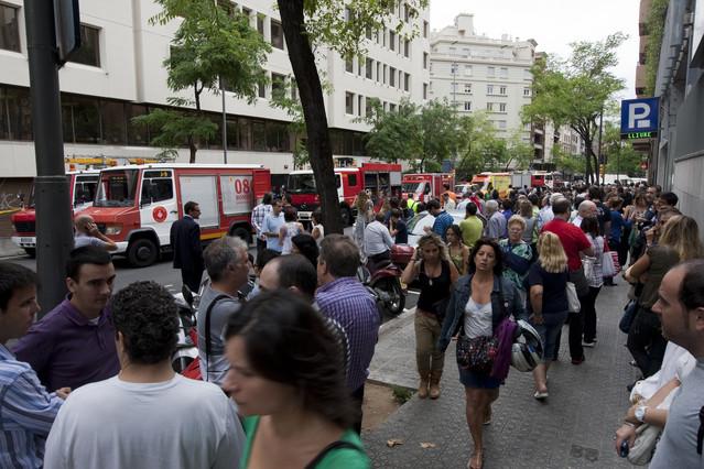 Un incendio quema tres coches en un aparcamiento barcelona - Oficina central de correos barcelona ...