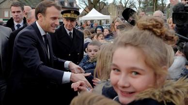 Macron defiende con firmeza en Calais su polémica ley de inmigración
