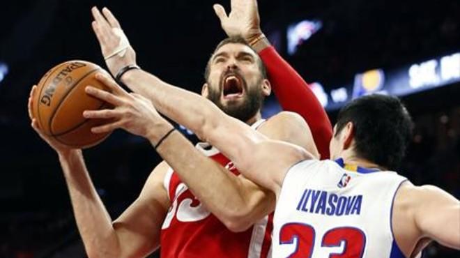 Marc Gasol pelea por un rebote con el exazulgrana Ilyasova.
