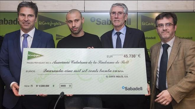 Mascherano, con el tal�n para la Associaci� Catalana del S�ndrome de Rett.