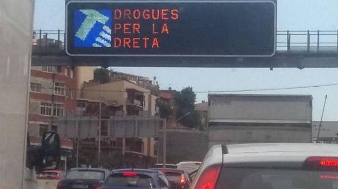 El mensaje 'Drogues per la dreta' irrumpe en un panel de tráfico de la Meridiana