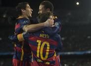 Messi es felicitado por Su�rez y Neymar tras el tanto al Roma.