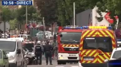 Polic�as y servicios de emergencias, en los alrededores de la iglesia de Saint-Etienne-du-Rouvray, en Normand�a.