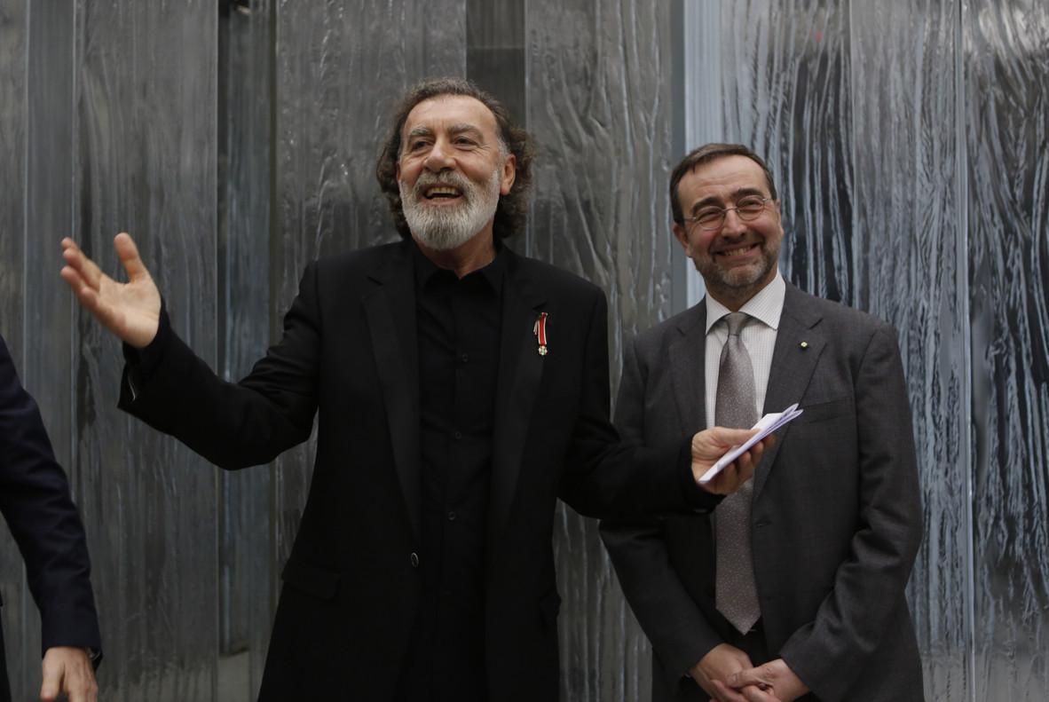 El promotor musical Pino Sagliocco (centro) recibe de manos del cónsul general de Italia en Barcelona, Stefano Nicoletti, la distinción de Caballero de la Orden de la Estrella de Italia, este viernes, en Barcelona.