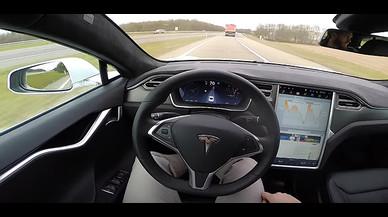 Prueba de conducción de un Tesla S.