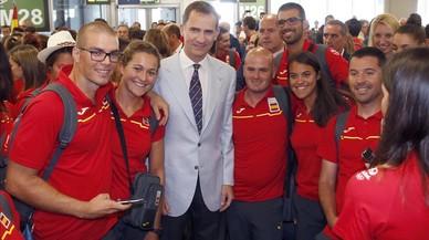 El Rey Felipe se fortograf�a junto a varios miembros del equipo ol�mpico, al que ha despedido este viernes en el aeropuerto de Barajas.