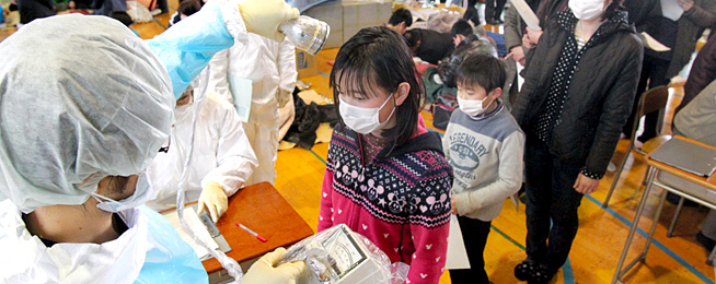 Personal médico controla las radiaciones de los habitantes de Fukushima