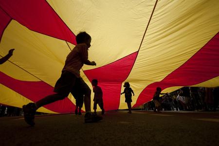 Niños bajo la bandera en la plaza de Urquinaona, en la Diada del 2009.