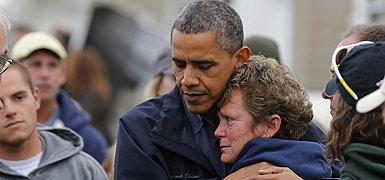 Obama abraza a una de las afectadas por el huracán 'Sandy', el miércoles en Brigantine (New Jersey). REUTERS