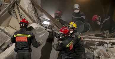 Bomberos trabajan en el edificio siniestrado.