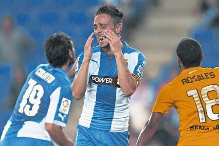 Sergio Garc�a, el capit�n blanquiazul, se lamenta ante Colotto de una ocasi�n perdida ante Kameni en la segunda parte.