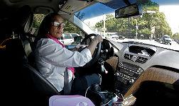 Una de las mujeres taxistas solo para mujeres.