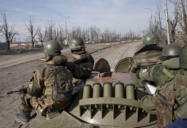 Rebeldes rusos conduciendo un tanque en Donetsk, Ucrania.