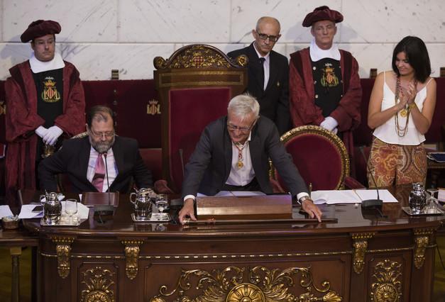 El alcalde de Valencia, Joan Ribó, deposita la vara de mando sobre la mesa, tras rechazarla simbólicamente.