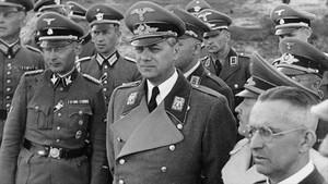 Rosenberg (centre), a la Kíev ocupada, el 1942, amb càrrecs nazis.