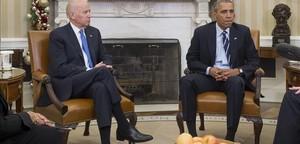 Obama (derecha) y el vicepresidente Joe Biden, en el Despacho Oval de la Casa Blanca, este jueves.